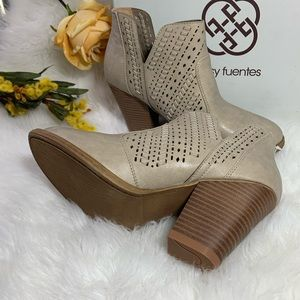 Daisy Fuentes Size 9 Booties Ice color